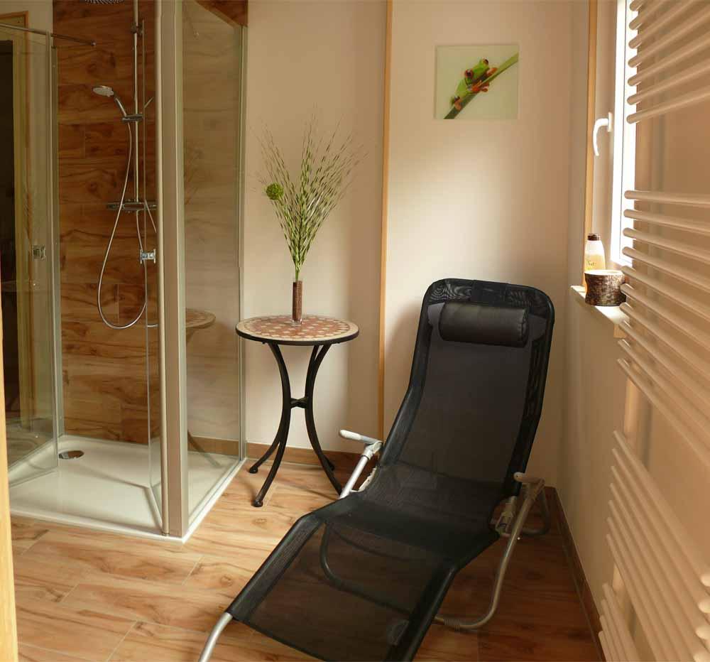 Sauna mit kleinem Dusch- und Ruhebereich